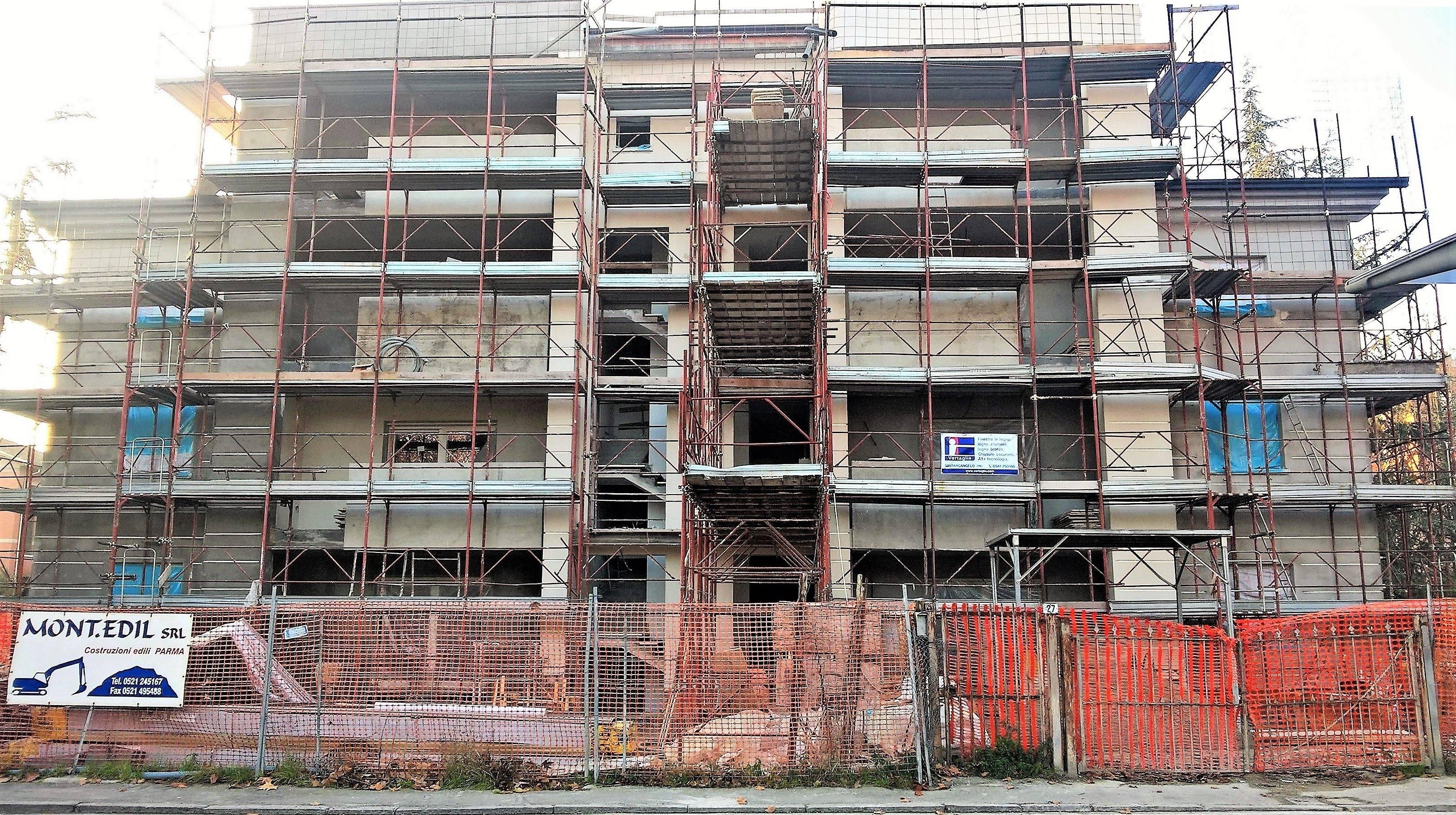 Parma: ultimata la posa di infissi in legno