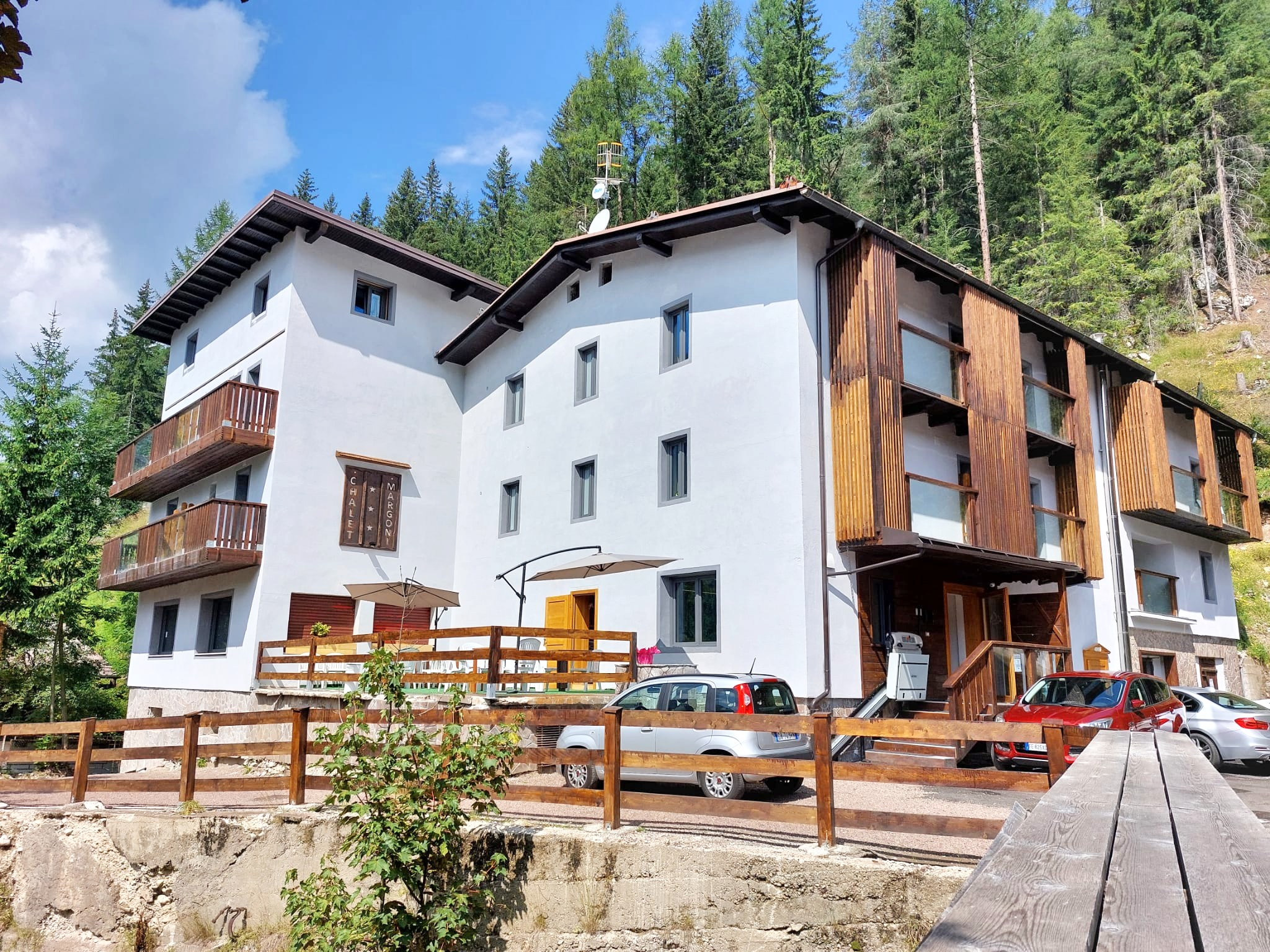 Anthracite-colored windows for Chalet Margoni in Canazei